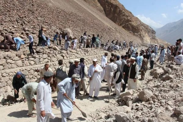 Hundreds of people of Mastuja at Upper Chitral kicked campaign for construction of 30 KM road on self-help basis