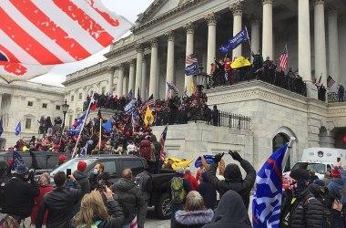 Amerikanske terrorister stormer Kongressen under et Trump-rally 6. januar 2021. TapTheForwardAssist CC.BY.SA.