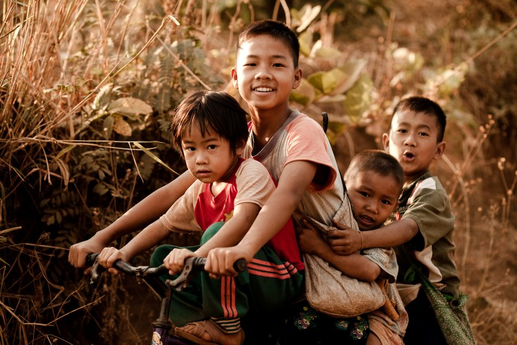 Barn på en sykkel i Thailand. Foto: Eric Montfort CC.BY.NC.SA.