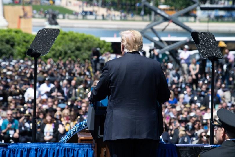 Donald Trump ser ut over en gruppe mennesker på vestsiden av Kongressen