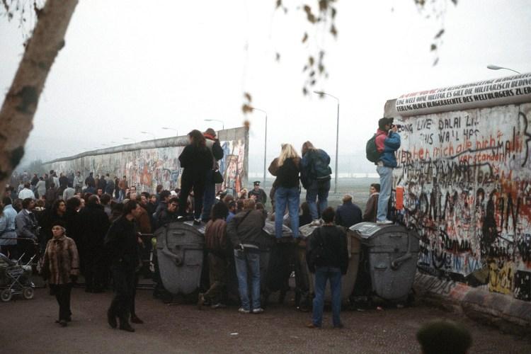 En gruppe vesttyskere stimler foran den nylagede åpningen i muren på Potsdamer Platz i Berlin. Foto: U.S. Department of Defense