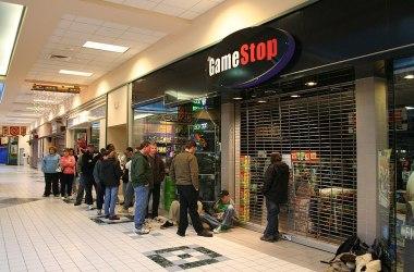 Køen for å kjøpe GameStop-aksjer var stor i forrige uke. Foto: Dicoplio Family CC.BY.SA.