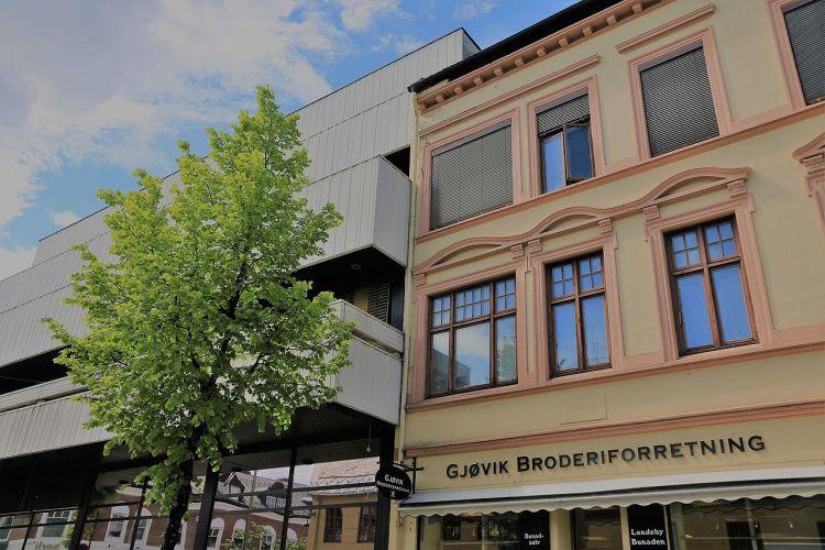 På Gjøvik kan man se den store kontrasten  mellom klassisk og brutalistisk arkitektur. Foto: Øyvind Holmstrand CC.BY.SA.