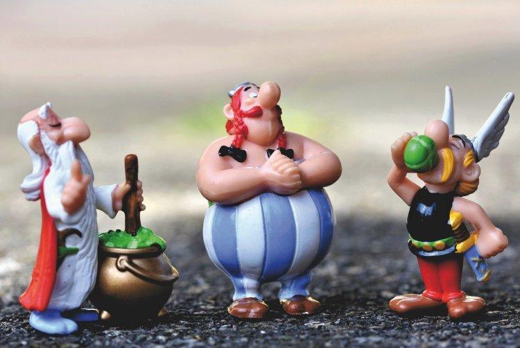 Miraculix, Obelix og Asterix fra den franske tegneserien Asterix. Serien består så langt av over 40 hefter, en TV-serie og nesten 20 filmer. I tillegg finnes det en fornøyelsespark basert på serien.