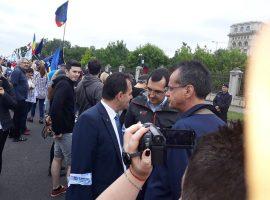 În timp ce Orban făcea baia de mulțime, moțiunea pica…