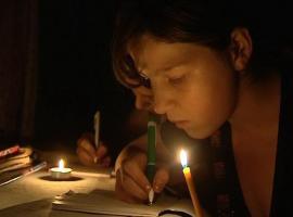 """Campania """"Dăruim lumină"""": 1.000 de panouri fotovoltaice pentru copiii care învață la lumânare"""