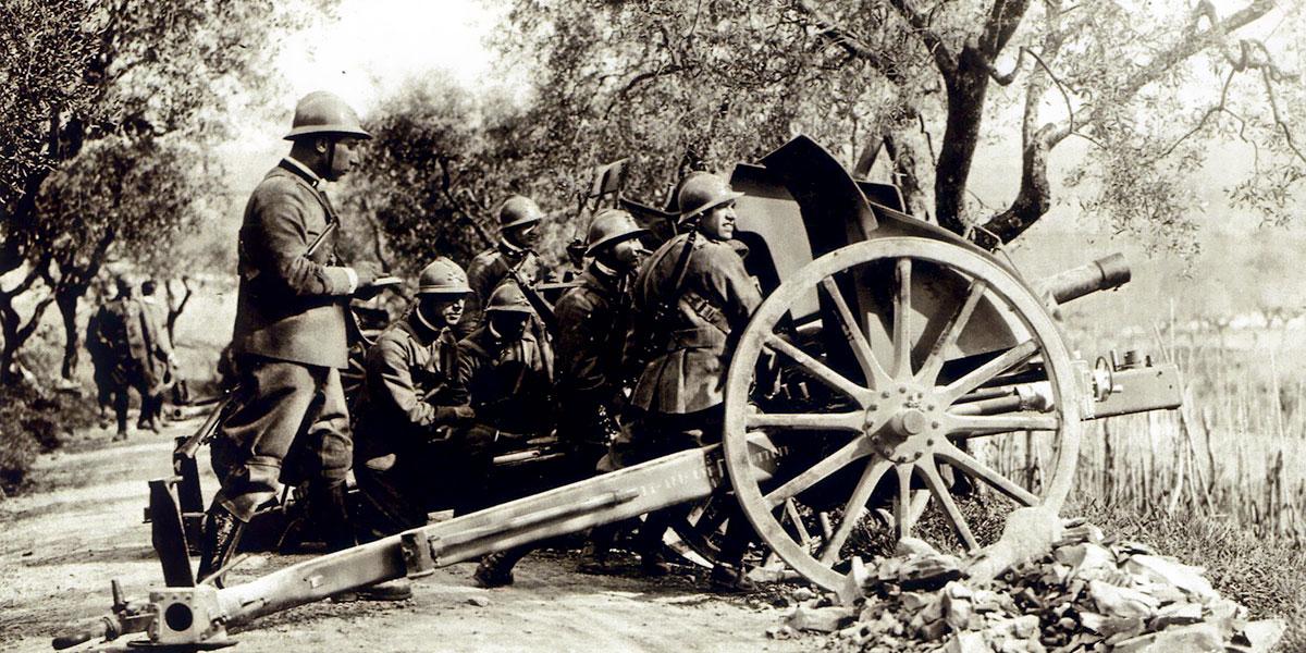 Artiglieri italiani in azione
