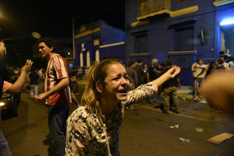 una-mujer-llora-frente-a-la-sede-del-plra-sobre-la-calle_970_646_1476340