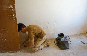 Uno studente curdo si sta preparando per eseguire una esercitazione di disarticolazione di un IED