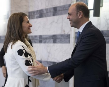 Il ministro degli Esteri Angelino Alfano riceve Melinda Gates alla Farnesina a Roma 14 novembre 2017.    ANSA/MAURIZIO BRAMBATTI