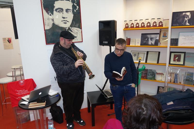 Il jazzista Gavino Murgia e l'attore Marcello Fois durante un reading