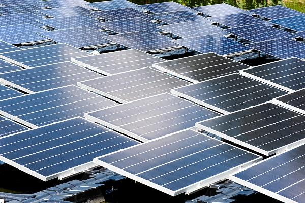 Painéis fotovoltaicos sobre a água