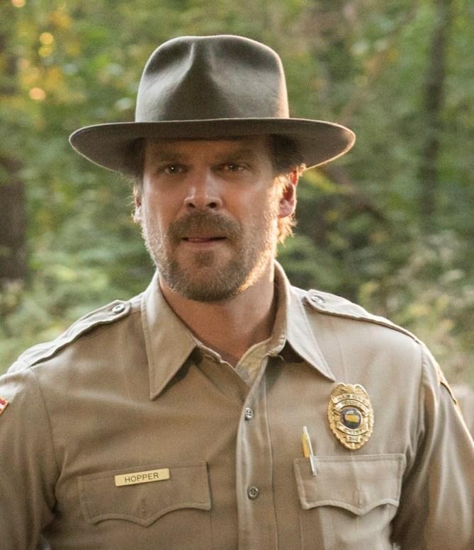Indiana Jones? Non, Hopper le shériff de Stranger Things