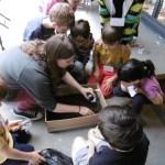 Marine expliquant les méthodes de fouille aux enfants