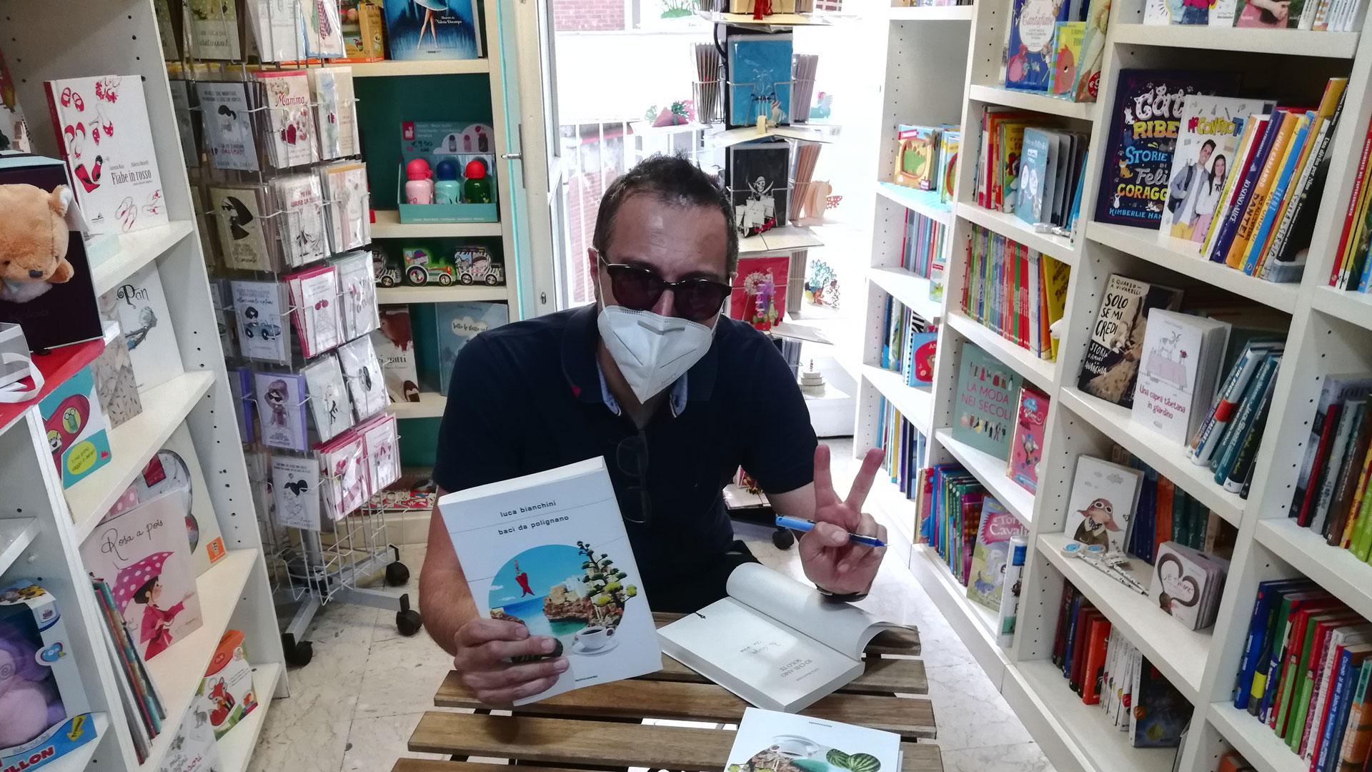 Lo scrittore Luca Bianchini in visita alla libreria Essai di Torino
