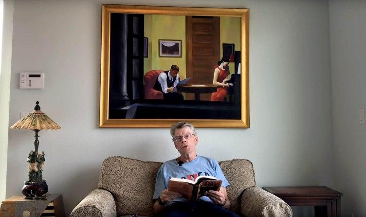 El escritor Stephen King lee en un sofá de su casa