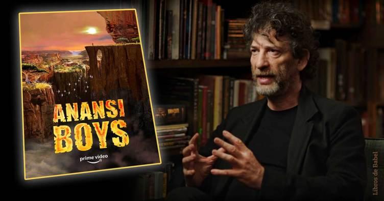 Neil Gaiman con el cartel de la serie 'Los hijos de Anansi', de Amazon