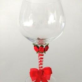 Copa decorada hecha a mano flores y lazo rojo