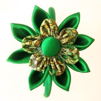 Flor kanzashi verde con tela estampada