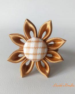 Coletero o goma para el pelo hecho a mano en color dorado.