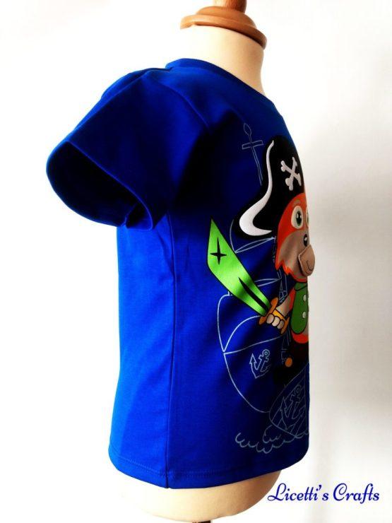 Detalle costado derecho de camiseta con zorro pirata