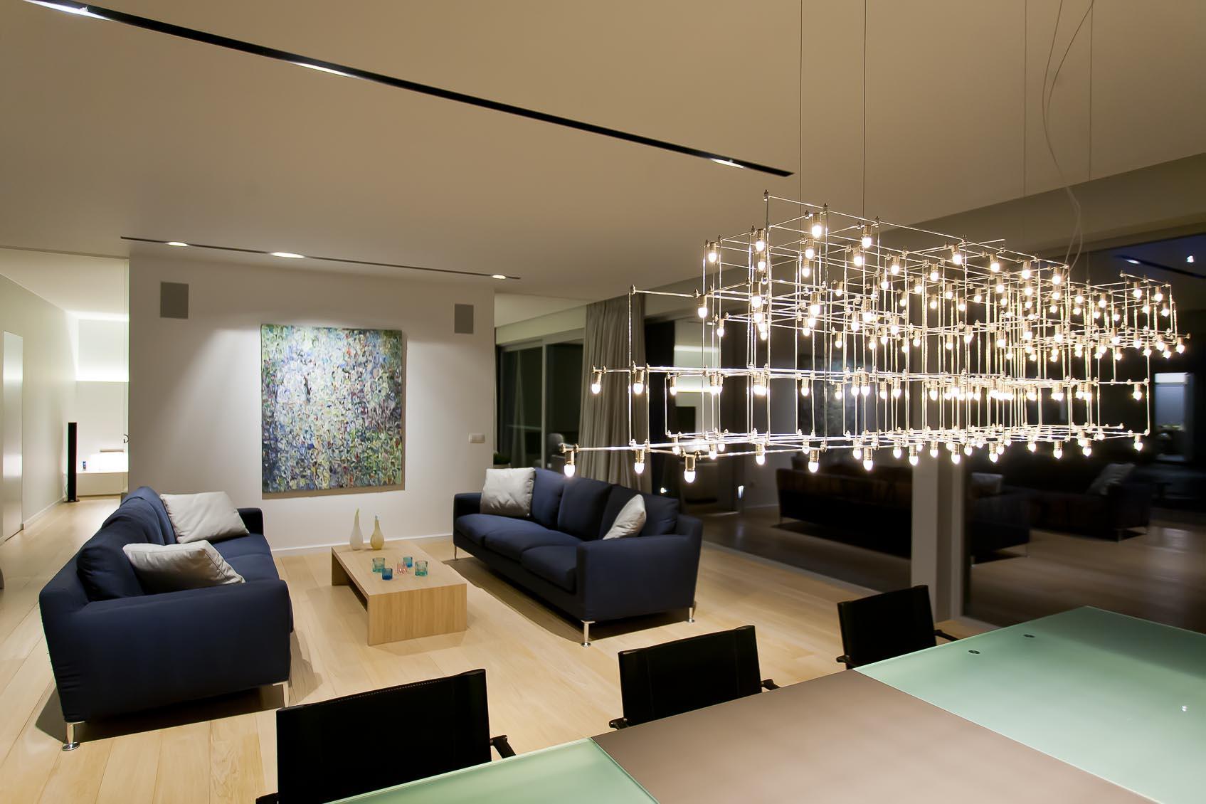 Witte architecturale woning met warme lichtsfeer