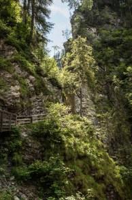 Wege direkt an den senkrechten Felswänden