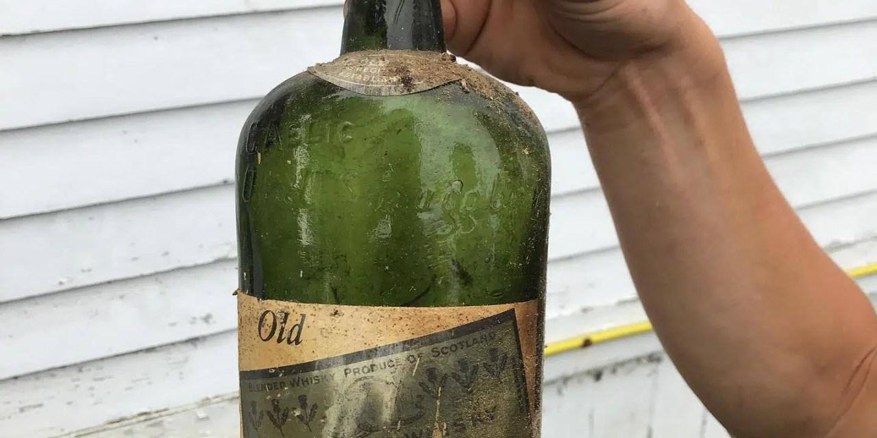 Descubren whisky de la época de la prohibición de 1920 tras una pared