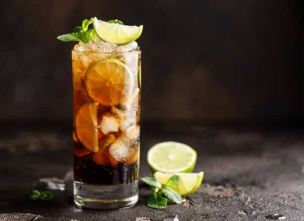 Cóctel Cuba Libre: una mezcla popular de refresco y ron