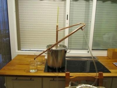 La elaboración y destilación casera de alcohol