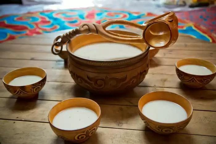 Kumis, bebida de Kazakhstan hecha de leche de yegua fermentada