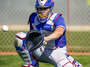 On the ball | Catchers injure themselves at the knee on the ground