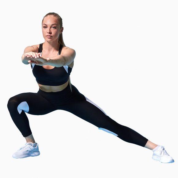 Inicie em pé Desloque o pé lateralmente devendo manter o pé da perna que desloca, paralelo ao pé que fica fixo Flita o joelho da perna que se desloca Desça o tronco A perna que fica fixa deve ter o joelho em extensão e o pé desta perna deverá estar totalmente apoiado no chão e não levantar o bordo externo do pé Regresse à posição inicial Mude de perna Pode fazer em deslocamento lateral, andando, ou ficando fixo, apenas deslocando o peso para cada um dos lados As variações deste exercício são muitas desde a inclinação do tronco bem como a orientação dos braços, contudo todas estas alterações devem ter em conta a amplitude de movimento do aluno, as necessidades específicas e os seus objetivos Pode utilizar halteres nas mãos, mas será sempre numa opção de maior domínio técnico