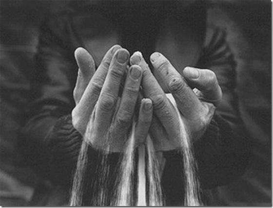 _sable_dans_les_mains_
