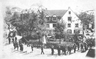 """So sah die Wirtschaft """"Zum Gänsenbach""""aus. Das Bild zeigt eine Prozession"""