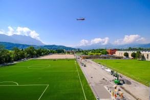 Die Sportanlage Widau in Ruggell wird das neue Zentrum fuer die Liechtensteinische Fussball Nationalmannschaft. Heute wurden 12 neue Lichtmasten mit dem Helikopter montiert rund um den Hauptplatz und um den Kunstrasenplatz, aufgenommen am Mittwoch, 10. Juli 2019, auf der Baustelle in Ruggell. Foto & Copyright: Eddy Risch.