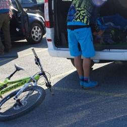 Die Jungs gehen biken und suchen die letzten Sachen aus dem Shuttle Bus zusammen.