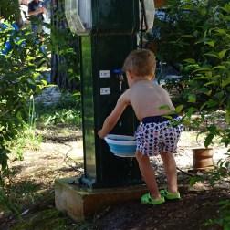alle helfen mit, Gemüse waschen.