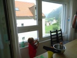 Weiter geht es mit Saubermachen. Fensterputzen mit brummendem Motor kommt selbst bei kleinen Jungs richtig gut an.