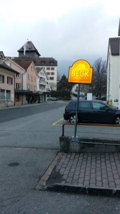BoxenStopp, Hier hole ich das obligate Nach-dem-Turnen-Silserbrötli. Ja, das ist übrigens das Schloss Brandis in Maieneld im Hintergrund.