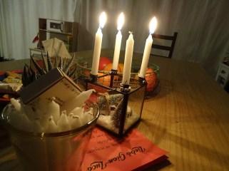 Erst zünden wir am morgen, noch ganz verschlafen, die Kerzen an. Und dann gebhts zum Adventselch. Schauen welche Nummer den heute geöffnet werden darf.