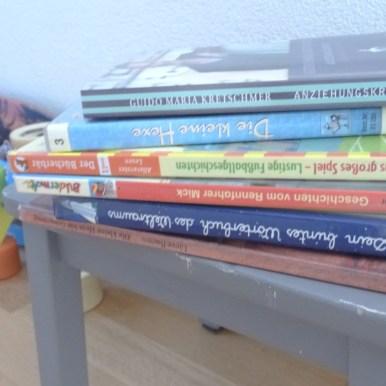 Ich lege schon mal die Bücher bereit. Morgen ist Montag und dann gehen wir meist nach dem Schwimmkurs noch eine Runde Bücher ausleihen.