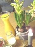 Saft, Kerze + Blumen. I like.