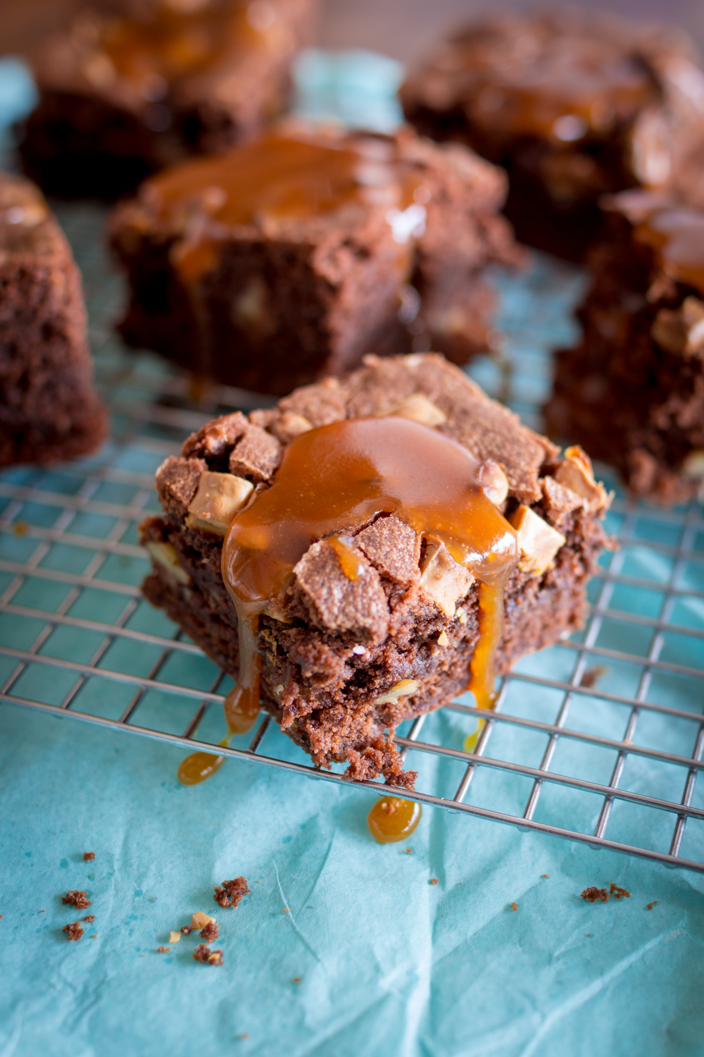 Walnuss Brownies mit Karamellsauce