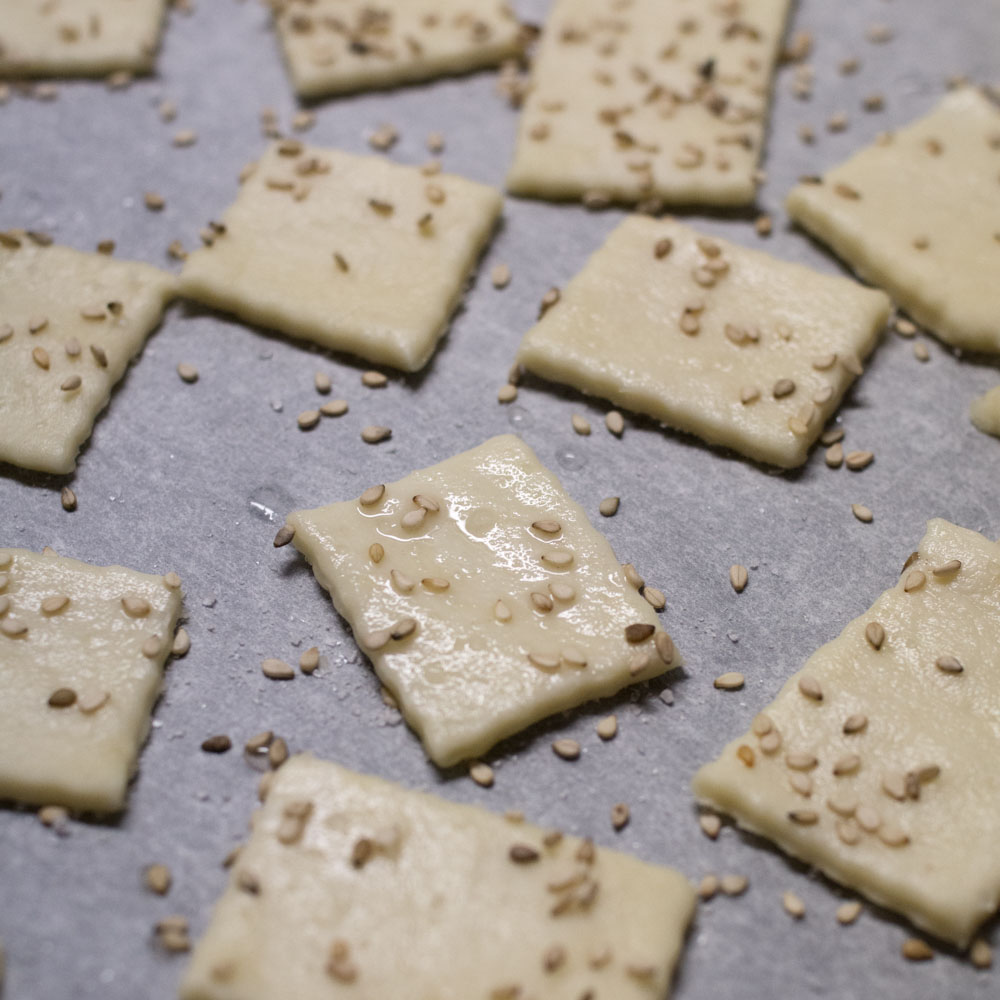 Fingerfood in the making: Sesam-Cracker