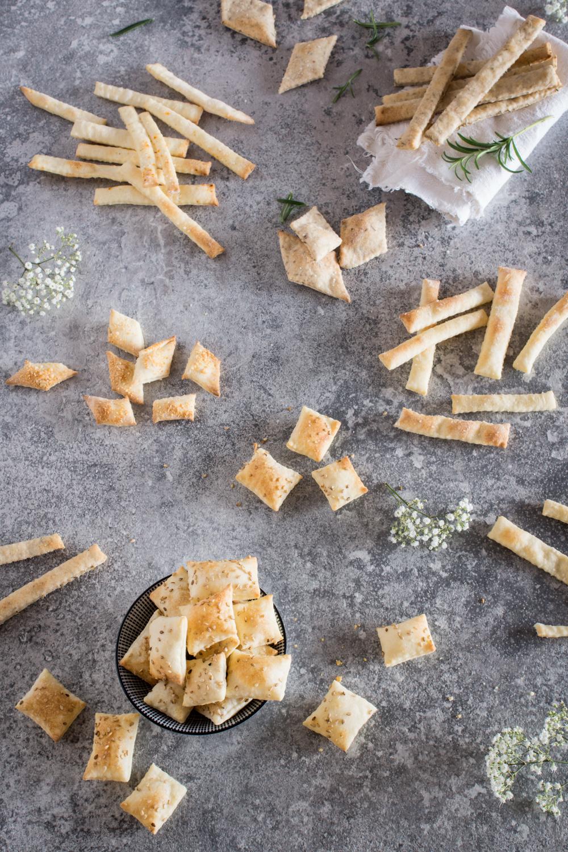 Rezepte zum Knabbern: Sesam Cracker und Knusperstangen