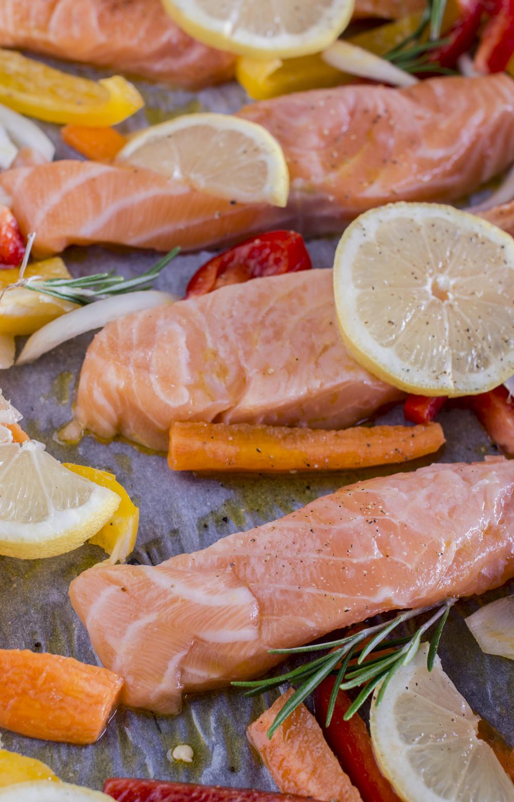 Zitronen Lachs aus dem Ofen mit Gemüse