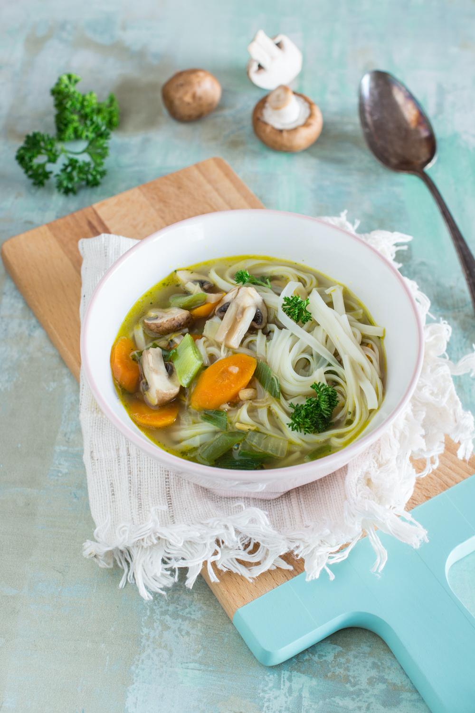 Leckeres Suppenrezept: Asiatische Bandnudel-Suppe mit Gemüse