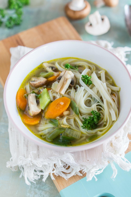 Würzige Asia-Suppe mit Reis-Bandnudeln | einfaches Rezept
