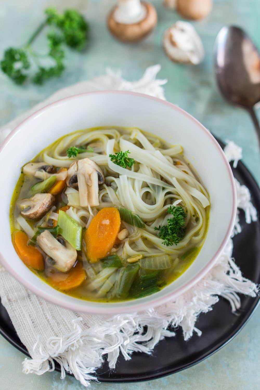Winterliche Suppe - einfaches Rezept für eine asiatische Gemüsesuppe mit Reis-Bandnudeln